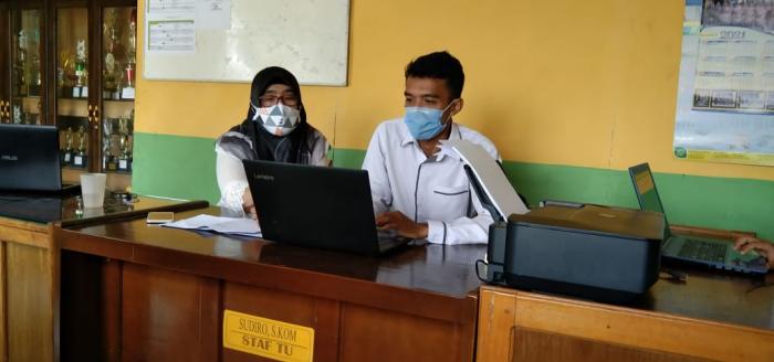 Kepala Madrasah Pantau operator  mengelola data Emis